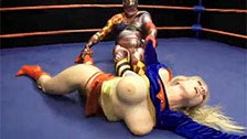Luta livre entre Christie Stevens vestida de Super-Mulher e o Evil Clown