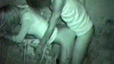 Un voyeur filma una coppia con la visione notturna della sua telecamera
