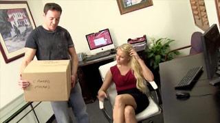 Die heiße Persönliche Assistentin Vanessa Cage fickt im Büro mit ihrem Boss