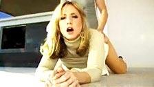Paige est une belle blonde qui nous fait une scène élégante