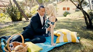 Rapporto sensuale durante un picnic per l\'elegante MILF Lynna Nilsson