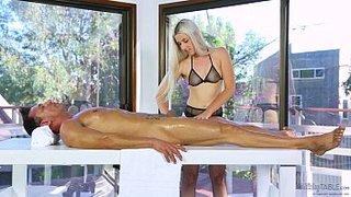 Niki Snow si scopa un tizio famoso sul lettino da massaggio