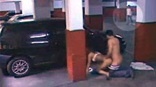 Telecamera nascosta sorprende una coppia a scopare in un parcheggio