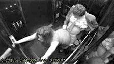 Un capo e la sua segretaria scopano nell\'ascensore dell\'azienda