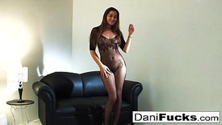 La jolie Dani Daniels baise avec son body en résille