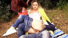 Olivia baise ses deux amis dans un parc