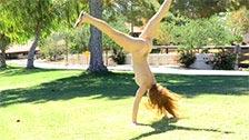 A modelo ruiva Farrah brincando peladinha ao ar livre