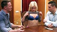 Natali godzi się na trójkąta z dwoma facetami w zamian za pieniądze