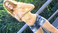 La belle rousse Farrah pose nue en plein air