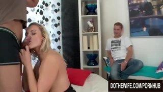 Brittany Lawrence faz sexo anal com o amante ao lado do marido