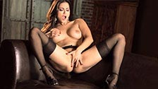 A linda Sunny Leone faz um striptease e se masturba até gozar