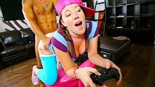 Lizzie Rhodes transa com o meio-irmão enquanto joga vídeo game