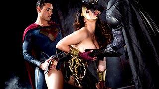 Alison Tyler fait un trio avec Batman et Superman
