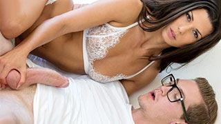 Alexa Tomas uprawia seks analny ze swoim synem nerdem