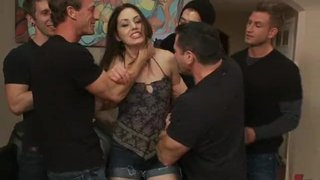 A ninfomaníaca Sarah Shevon em uma orgia com penetração extrema