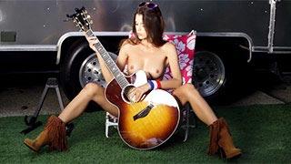 A modelo Aleksa Slusarchi faz um striptease e brinca com um violão
