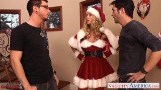 A loira peituda Nicole Aniston vestida de papai noel e transando com dois