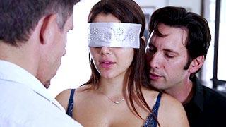 Valentina Nappi follando con dos hombres con los ojos vendados