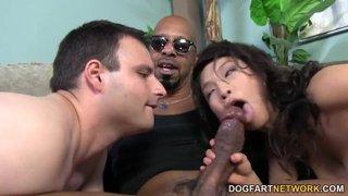 Troia asiatica costringe il marito a leccare le palle del suo amante nero