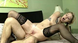 Sexo anal com a loirinha algemada Jayden Ray