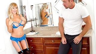 Tasha Reign séduit le plombier dans le dos de son mari