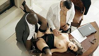 Cara, die Tippse, wird in einem Büro von zwei Typen gefickt