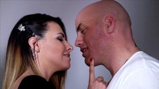 Danica Dillon, eine MILF, wird von ihrem Lover gebumst