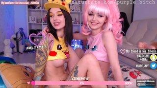 Zwei lesbische Freundinnen benutzen vor der Webcam ihre Toys