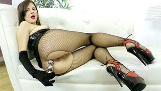 Victoria Popova in una scena di masturbazione anale solista
