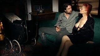 Silvia Christian joue une veuve qui se fait consoler