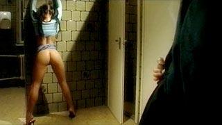 Mya Diamond baise avec son prof dans les toilettes