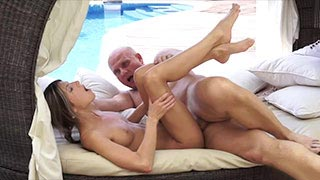 A ninfetinha Gina Gerson transando com um velho careca