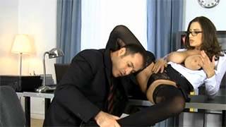 Une milf se tape son employé derrière le bureau