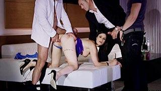 Claire Castel baise avec trois mecs et se prend des dp