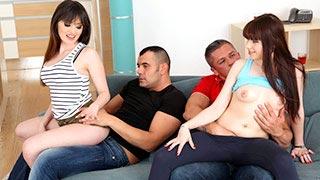As amigas Natty Mellow e Luna Rival transando com dois homens