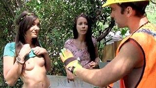 Les écolos Gia Paige et Alaina Kristar baisent avec un travailleur