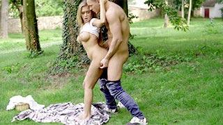 A peituda Katarina Muti transando com o namorado em um parque