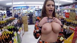 Die vollbusige Brooklyn Chase zieht sich im Supermarkt aus