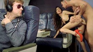 A aeromoça magrinha Veronica Rodriguez trepando com um passageiro