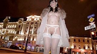 Jeny Smith fait de l\'exhib en lingerie blanche dans la rue