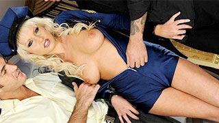 Dupla penetração em uma loira policial