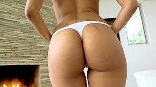 Josie Jagger fait un striptease sexy près d\'une cheminée