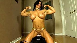 Angela Salvagno mette in mostra i suoi grandi muscoli mentre cavalca una sybian