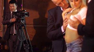 A loira peituda Sienna Day fazendo anal e DP com guarda-costas