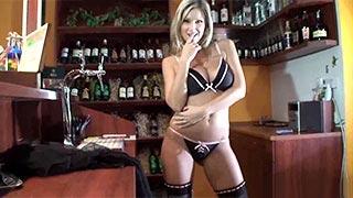 A madura Carol Goldnerova fazendo striptease em uma cafeteria