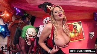 A madura peituda Kelly Madison se masturbando ao lado de bonecos