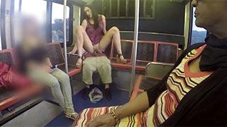 Anastasia Black follando en la parte trasera del autobús público