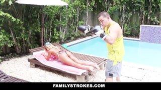 Ally Berry erwischt ihrem Bruder dabei, wie er an ihrem dreckigen Höschen schnüffelt