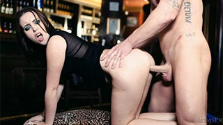 Zoe Doll follando en el bar con el camarero con el que ha ligado