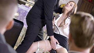 La cameriera Lexie Candy si scopa un gruppo di clienti felici